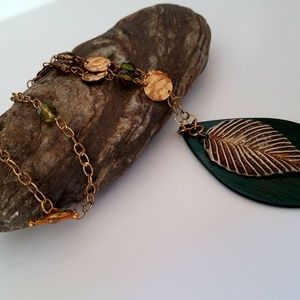 Jewelry - Vintage gold leaf pendant beaded necklace